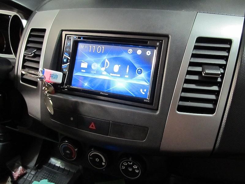 пример установки автомагнитолы Pioneer AVH-G210BT в Mitsubishi Outlander XL