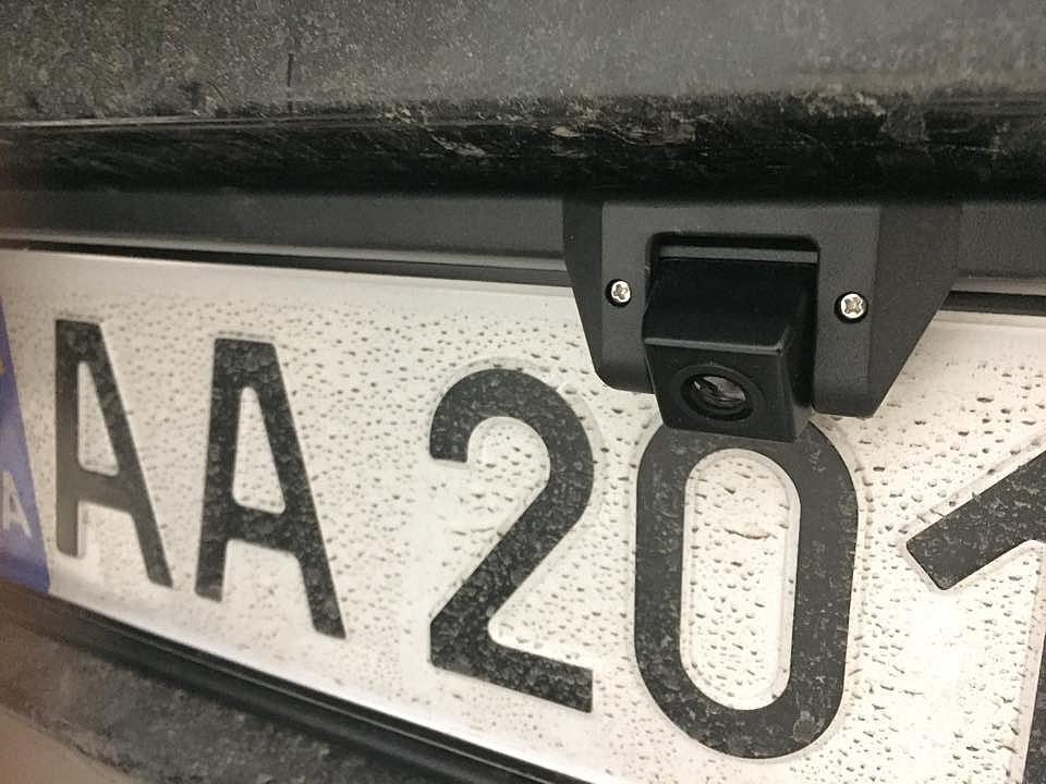 камера заднего вида в рамке номерного знака Fighter X-102 в Citroen C1